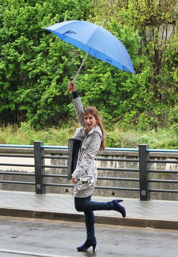 Look día de lluvia. Look chubasquero lunares. Casual Look. A trendy life . #rain #umbrella #dots #outfit #rainylook #outfit #fashionblogger #atrendylife www.atrendylifestyle.com