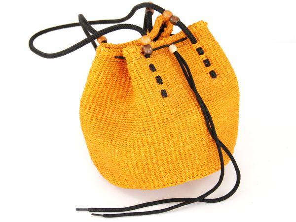 Kolor pomarańczy, plecionka, sznurki i drewniane korale - oto przepis na letnią torbę idealną.