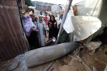 13日、パレスチナ自治区ガザ南部に着弾したミサイル。イスラエル軍機が発射したとみられる(ロイター=共同) ▼13Jul2014共同通信|ガザに特殊部隊が一時侵攻 イスラエル軍、ハマスと銃撃戦 http://www.47news.jp/CN/201407/CN2014071301001562.html