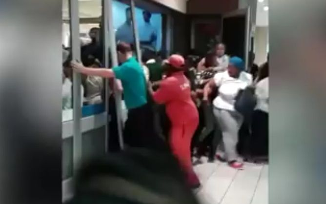 Watch: Shoppers break down Checkers door for Black Friday deals  Folks are going nuts! http://www.thesouthafrican.com/watch-shoppers-break-down-checkers-door-for-black-friday-deals-video/