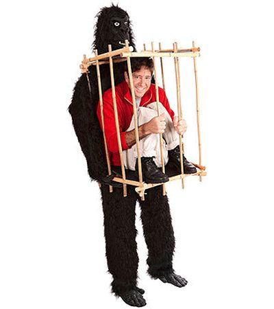 Gorilla met kooi kostuum. Geweldig gorilla kostuum. Deze gorilla draagt op zijn borst een kooi, met in die kooi een gevangene. Uw hoofd komt uit de borst van de gorilla en dus in de kooi waardoor het lijkt alsof u de gevange bent! Dit kostuum vergt wat tijd om aan te trekken, maar dan heeft u ook een onvergetelijk gorilla kostuum! One size, fits all.