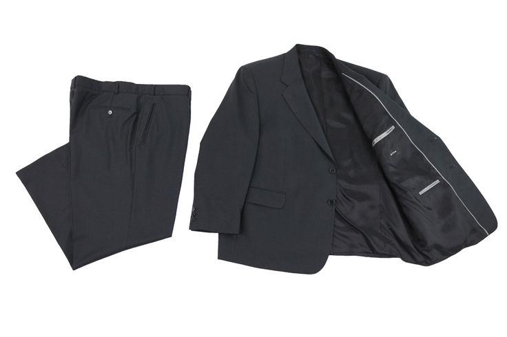 Garnitur Bytom koloru czarnego, czarna podszewka ze srebrnymi wykończeniami na wewnętrznych kieszeniach. Skład: 50% wełna 50%  poliester.