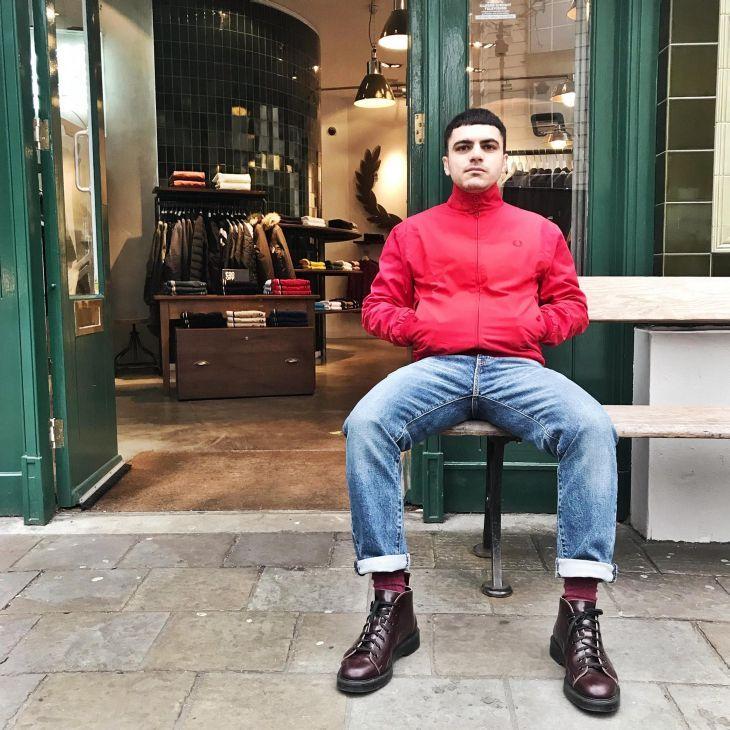 Fred Perry // Harrington Jacket -- rot   Ein Teil der Reissues Kollektion ist die klassische Harrington Jacke. Made in England besticht sie durch alle ihre originalen Details im Design und in diesem Frühjahr auch mit der Farbe rot.  Die Harrington wurde 1930 in Großbritannien entworfen jedoch waren es die Mods der 60er Jahre die ihr ihren Kultstatus gaben. Das rote Stewart Tartan Futter ist vom Original übernommen - ein subtiler Hinweis auf das Anti-Establishment Dressing.  Die Harrington in…