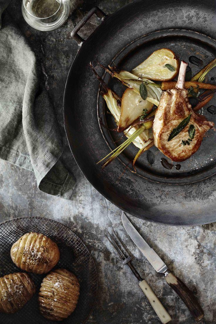Schweinekotlett mit gebackenen Birnen und Kartoffeln. Leichte Kost.