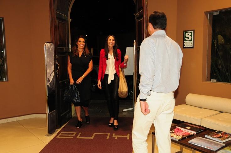 Gonzalo Vivanco Gerente de Marketing de Kuna recibe a Kelly Talamas y Jessica Newton