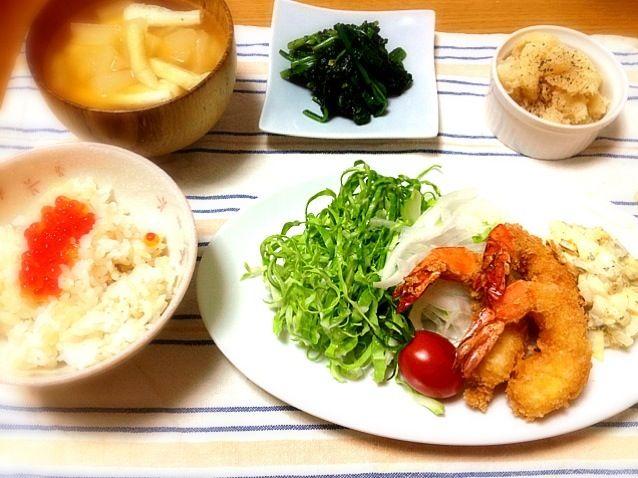 引き続き海老の消費メニュー(笑)〆は定番の海老フライ~。海老好きの娘は四つも食べてました。毎回それくらい食べてくれると助かるのにな。 - 10件のもぐもぐ - 海老フライとタルタルソース添え、いくらご飯、大根と油揚げのおみそ汁、ほうれん草胡麻和え、お醤油風味の粉ふきいも by marikomushi