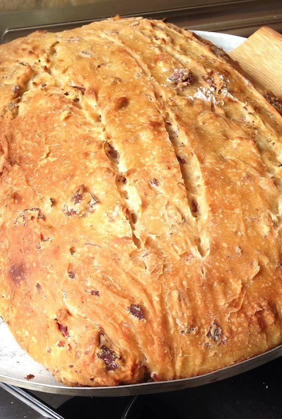 Fazer esse pão de linguiça para os amigos aqui em casa é motivo de sucesso sempre! Também é versátil para levar num picnic e até dar de presente!