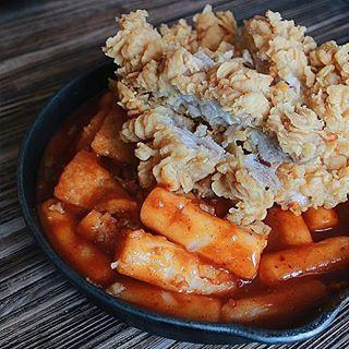 Siapa sih yang gasuka fried chicken! Nah disini, ayam goreng garingnya bisa kalian nikmatin sama tteokbokki! Pas banget buat inspirasi makan siang kamu kalau lagi bosen makan nasi) nyummm #lifeistasty . . . @mujigaeresto , Lippo Mall Kemang, lantai 3, Jakarta Selatan  @the.lucky.belly #food #foodcoma #tteokbokki #koreanfood #chicken #drink #masak #indonesianculinary #indonesianfood #jakartaculinary #jakartakuliner #foodporn