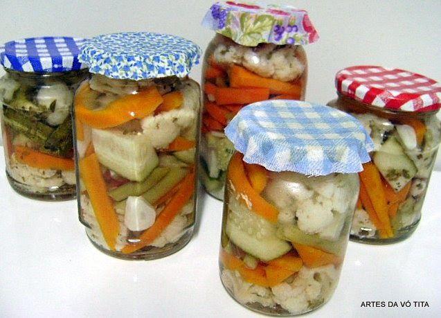 Picles são conservas de vegetais em vinagre.   A receita do Picles de Viena é feito de pimentões, pepino e couve-flor com molho à base de ...