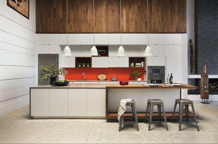 armoires de cuisine blanc mat et bois massif, tabourets en métal