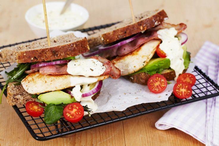 """BLT er en amerikansk sandwich bestående av bacon, salat (""""lettuce"""") og tomat. Her har vi valgt å også servere den med saftig kyllingfilet og skivet avokado."""