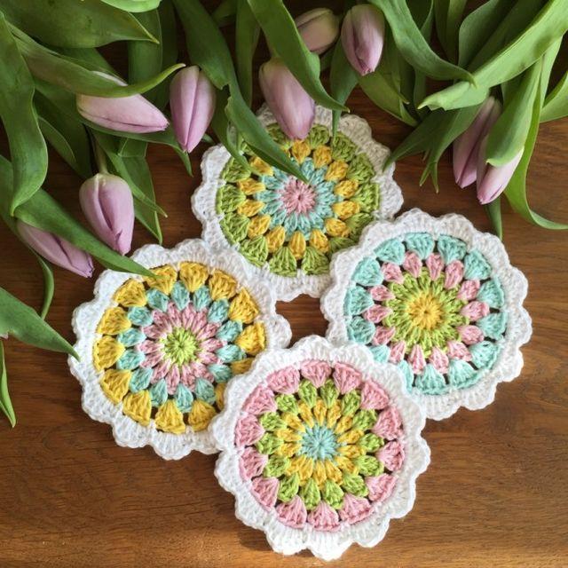 Daxs att virka nya Glasunderlägg i vårens fina färger! Till detta mönster har jag använt mig utav bomullsgarn och virknål 3,0  1:a stolpen vid varje varv är 3lm, om inget anat anges. Fm=Fast maska Hst