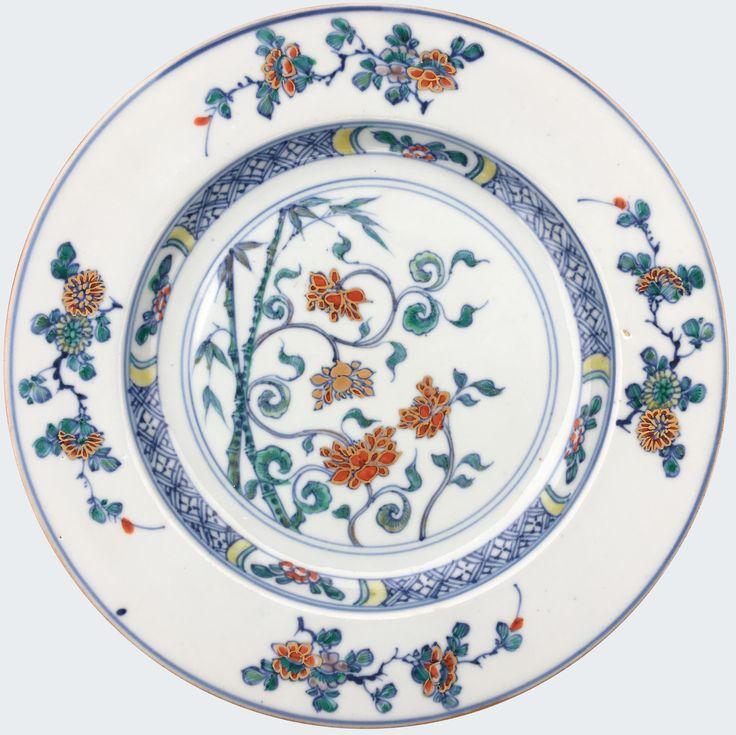 Assiette à décor floral doucai en porcelaine de chine d'époque Kangxi Décorée en émaux doucai de fleurs de lotus et bambous au centre, l'aile ornée de branches de chrysanthèmes et pivoines fleuries. Porcelaine de la Compagnie des Indes.
