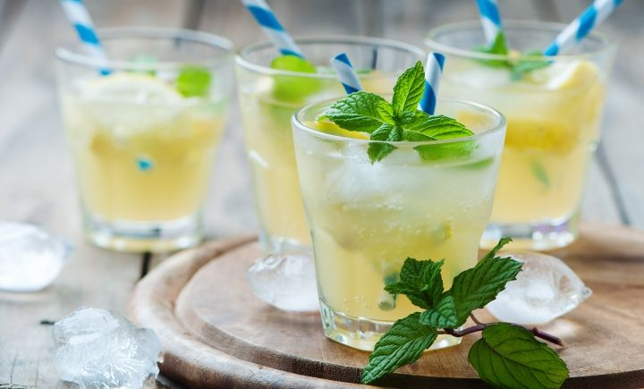 Erfrischung pur: Ingwer-Zitronen-Limonade! 1 Stück Ingwer, 1-2 Zitronen, 1 Löffel Honig, 1 Liter Mineralwasser, 1 Zweig Zitronenverbene #ingwer #zitrone #limonade #rezept #diy #emsagartenblog