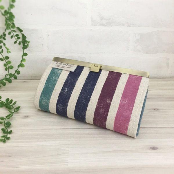 ヴィンテージ風の擦れたネイビー系ストライプがとってもオシャレな長財布です。 内布にも表と同じ生地を使用し、綿麻の生成りでシンプルにしました。  カードは12枚収納可能、小銭入れは1つ、お札入れは仕切りを付けました。●カラー:紺・赤紫・ピンク・ターコイズ・生成り・カーキ●サイズ:縦11cm 横 19.5cm●素材:綿麻・綿生地・金具●注意事項:ハンドメイドの為、至らない所も在るかとは思いますが、風合いとして楽しんで頂けましたら幸いです。商品の色は、ディスプレイやモニターなどによって差異が生じることがあります。ハンドメイド品をご理解頂けない方、または、神経質な方は、申し訳ありませんがご購入をお控え下さいますようお願い致します。●作家名:reco*reco#口折れ金具タイプ #ファスナー #ジップ #財布 #長財布 #布雑貨 #カード入れ #小銭入れ #通帳入れ #ロングウォレット #布製 #薄いのにたくさん入る #スマート #ロングタイプ #かわいい #大人可愛い #おしゃれ #個性的 #レディース #多機能 #仕切り #収納力抜群 #ミニクラッチバッグ #大容量 #プレゼント…