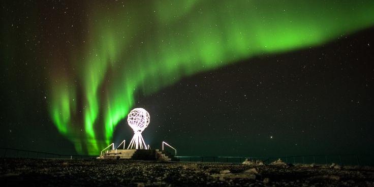 Das weit nördlich des Polarkreises gelegene Nordkap reizt mit arktischen Abenteuern wie dem Hundeschlittenfahren im Winter, und einer niemals untergehenden Sonne im Sommer.