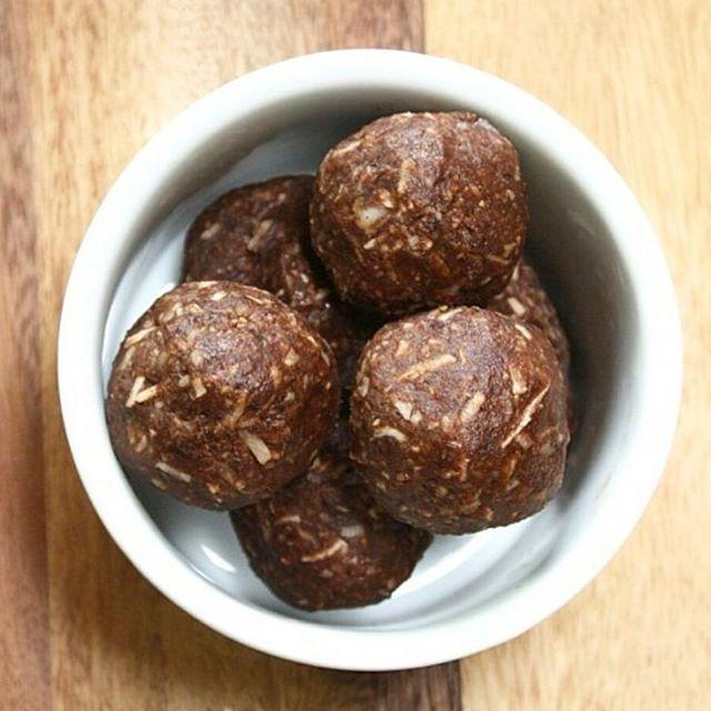 Receta divina para una merienda saludable y baja en calorías  #Repost @sunessol ・・・ TRUFAS DE COCO  elaborada con Ingredientes saludables. . ✔INGREDIENTES: 4 Cda de harina de coco. (Puedes usar harina de almendra). 2 Cda de coco rallado.  2 Cda de mantequilla de maní (derretida). 1 Cda de endulzante.  1 cdta de cacao en polvo. ✔ Mezcla todos los ingredientes con manos húmedas, refrigera la mezcla por 30minutos. Realiza esferas y disfruta de unas deliciosas trufas vegan (no contienen…