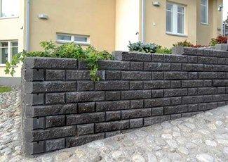 Rudus Aitakivi, väri musta http://www.rudus.fi/tuotteet/pihakivituotteet/betonimuurikivet/13749/aitakivi