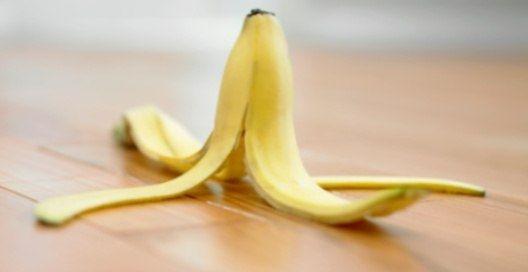 Как отполировать столовые приборы Протри столовые приборы обратной стороной банановой кожуры. Сразу заметишь, как они засверкают.