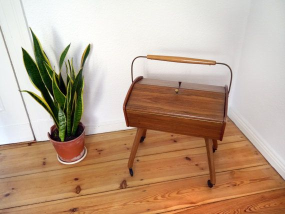 Vintage Sewing box Mid Century modern con legs with wheels