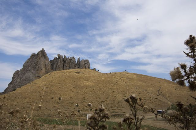 Besh Barmaq - 5 finger mountain in #Azerbaijan http://www.reiseknipse.de/2015/11/Bashbarmaq-Mountain-in-Aserbaidschan.html Beş barmaq is a natural fortress. It used to guard the narrowest part of the coastal plain, where once a wall stood between the top and the sea to protect the commerce (caravanserai-silk route). Now, it is a pilgrim and tourist destiny.   #DemipressAserbaidschan #MeinAserbaidschan #mountain #nature #caucasus #nikon #nikonD7200 #travelphotography #travel