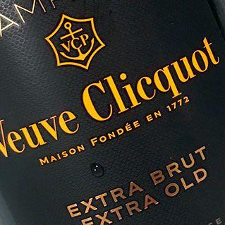 Olfatto delicato, raffinato e misurato per questo champagne Veuve Clicquot Extra Brut Extra Old. La bocca è subito avvincente: avvolgente e setosa, è energica e vibrante, dalla progressione flessuosa e compatta, con una carbonica finissima, avvolgente.