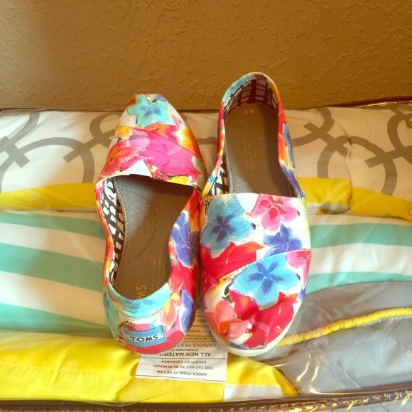 Floral Toms Like New. Worn a couple of times. TOMS Shoes
