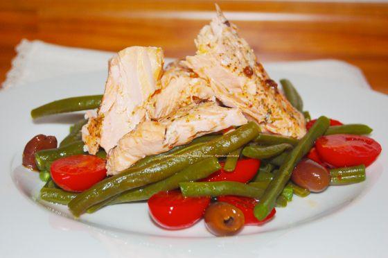Il filetto di salmone al pepe di sichuan in insalata di fagiolini, pomodorini e olive taggiasche