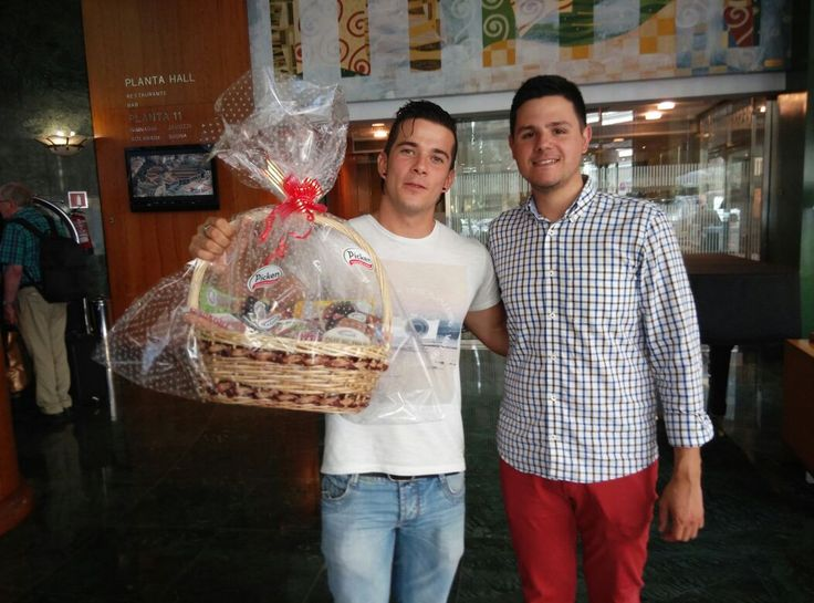 Nuestro compañero Borja entregó ayer a Carlos, ganador de Masterchef 3, un lote de productos #Picken y #LaCuina. Carlos estuvo encantador y nos dijo que haría alguna #receta para nosotros!! Estaremos atentos.