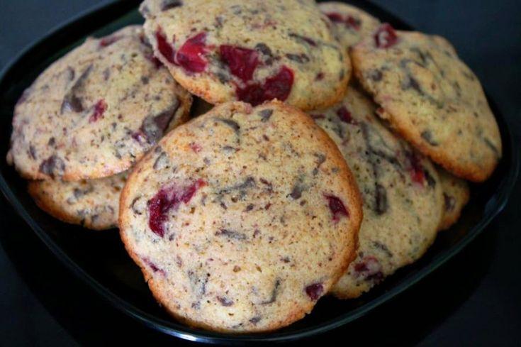 Die Schwarzwälder-Kirsch-Kekse sind schnell zubereitet. Das Cookies Rezept ist eine schmackhafte Abwechslung auf dem eher sonst traditionellen Keks Teller.