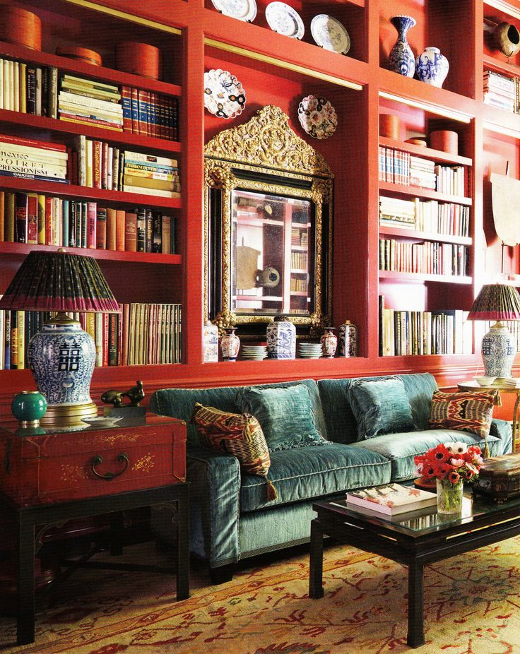 J'aime ce salon rouge avec le canapé bleu-vert. C'est très beau, et j'adore les étagères et les détails sophistiqués. Il y a toujours des livres dans ma maison idéale!