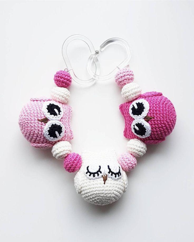 Ugglemobil.  . #virka #crochet #virkat #crocheting #virkar #crochetersofinstagram #crochetersanonymous #färgglatt #color #colors #garn #yarn #barnmobil #barn #hekle #hekling #hækle #uggla #ugglor #owl #owls #ugglemobil #owlstagram_feature #barnvagnsmobil #vagnmobil #polarnopyret #panduro #pandurohobby #strollerpendant #strollerchain