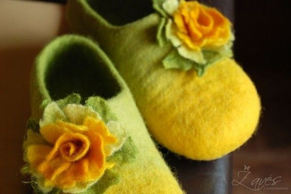 Mm. The green and yellow mix so nicely. I need to try making felt slippers again.