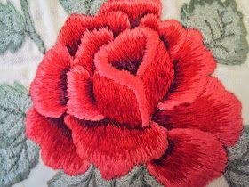 Tolha de rosto e banho:rosas em cor vermelho e as folhas em cor cinza.                                   ...