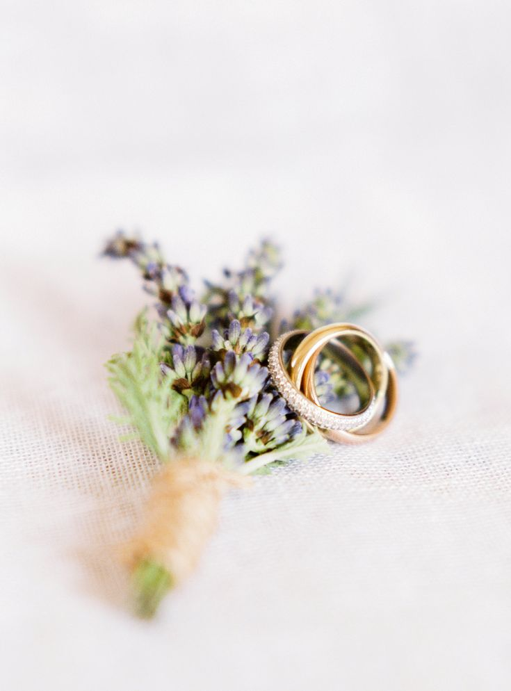 Lavender boutonniere | Photography: Gert Huygaerts
