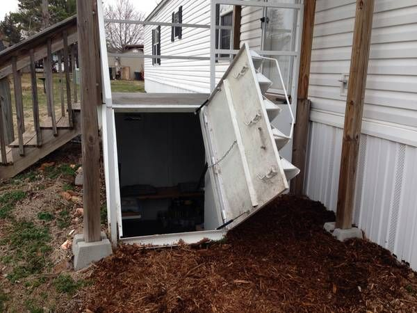 Storm cellar underneath the mobile home... clever!!