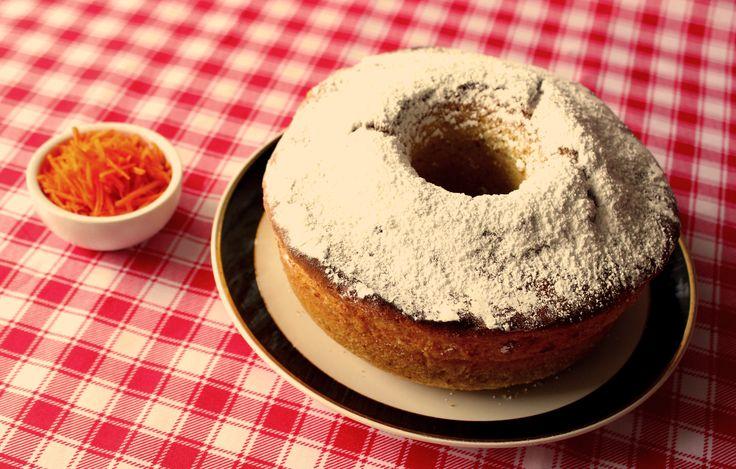 Queque de Kéfir: Ingredientes: - 3 huevos - 1½ tazas de azúcar - 2 tazas de harina cernida - 1 taza de maicena - 1 taza de yogur de kéfir - 1 zanahoria rallada - 2 cdtas. de polvos de hornear - 2 cucharadas de mantequilla  Preparación: 1. Se baten los huevos con el azúcar. 2. Se agrega el yogur de kéfir con la mantequilla. 3. Luego se agrega la harina, los polvos de hornear, la maicena y finalmente la zanahoria. 4.  Enmantequillar un molde y... 5. Hornear la mezcla por 45 minutos a 180°C