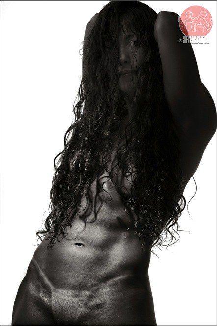 Красота сильных женщин от бразильского фотографа Андре Арруды  Эти снимки сделаны бразильским фотографом Андре Аррудой, который родился в 1967 году и живет в Рио-де-Жанейро. Проект Fortia Femina, что означает «сильная женщина», представляет собой своеобразное исследование, посвященное изучению мускулистого тела женщины.  В общем понимании этого слова бодибилдинг — это всего лишь спорт, при котором мышцы накачивают до гипертрофированных размеров только для того, чтобы демонстрировать их, а не…