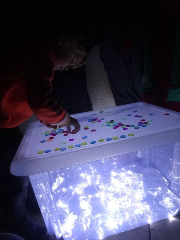 boite de rangement+papier allu+guirlande+jetons de loto transparents=table lumineuse et des heures de jeu. Génial !