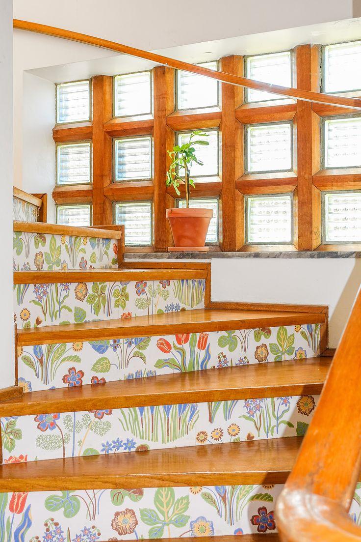 En mycket vacker ektrappa dekorerad med Josef Franktapet på sättstegen leder en våning upp. Trapphuset smyckas av ett vackert glasparti i glasbetong infattat i ek.