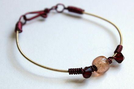 Bracelet en corde de guitare et perles cristal de bohème doré/bordeaux : Bracelet par lesperlesdejade