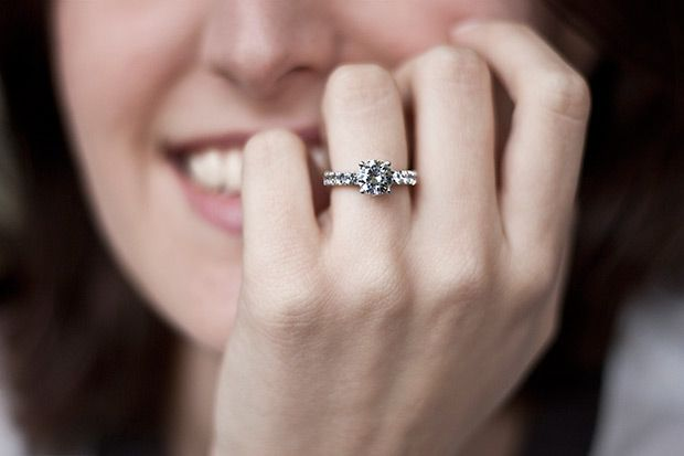 memilih aksesoris pelengkap penampilan bukanlah hal yang mudah, salah satunya dalam memilih model cincin berlian untuk dikenakan