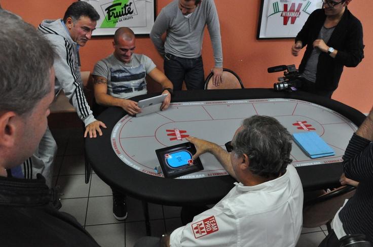 #ASSE - Michel Abécassis affronte Jessy Moulin au poker, sous le regard attentif de Christophe Galtier. #poker #Winamax