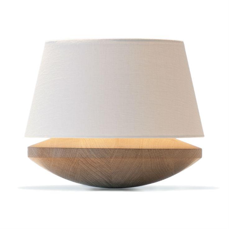 Lampe à poser composée d'une base tournée en chêne narurel, d'un abat-jour en lin de coloris crème et d'un câble d'alimentation équipé d'un variateur d'intensité lumineuse.La collection Kjell...