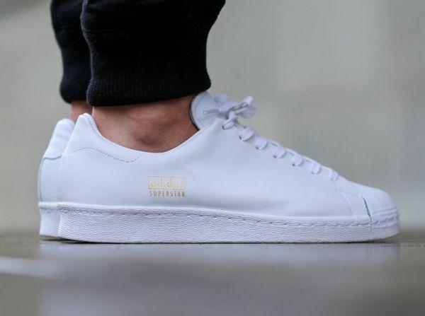 Adidas Superstar 80's Clean White White aux pieds (1)
