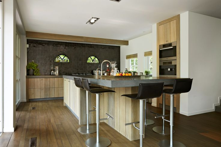 Geweldige Houten keuken met kookeiland, heel mooi met de warme vloerkleur