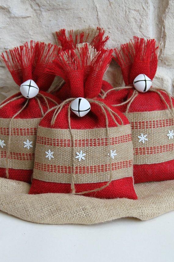 Arpillera bolsas de regalo, Set de cuatro, Shabby Chic Navidad envolviendo, rojo y Natural, correas del yute y copos de nieve de Metal blanco, campana blanca lazo en.