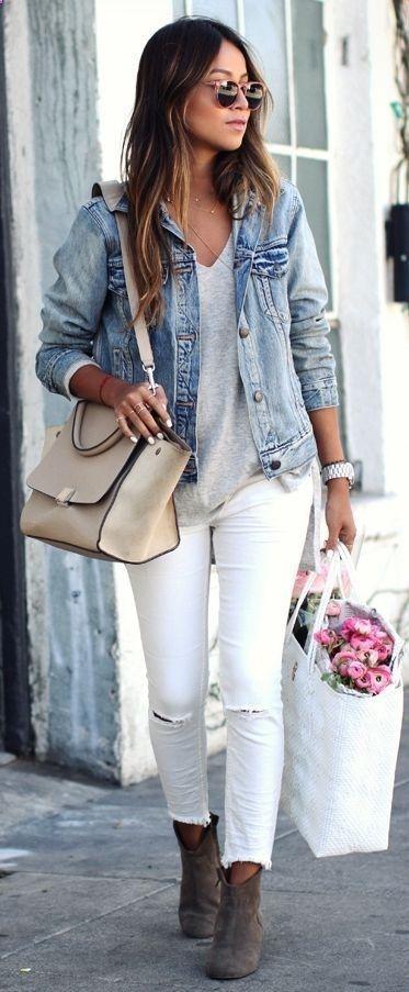 Estos pantalones blancos son fabulosos.  Ella lleva un chaqueta jean con grafas de sol.