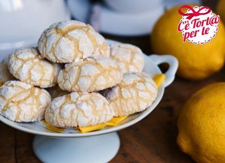 Mezz'ora di tempo, dei profumatissimi limoni e tanta passione per i dolci, ecco come occorre per preparare  i #biscotti morbidi al limone.  Clicca e scopri la #ricetta...
