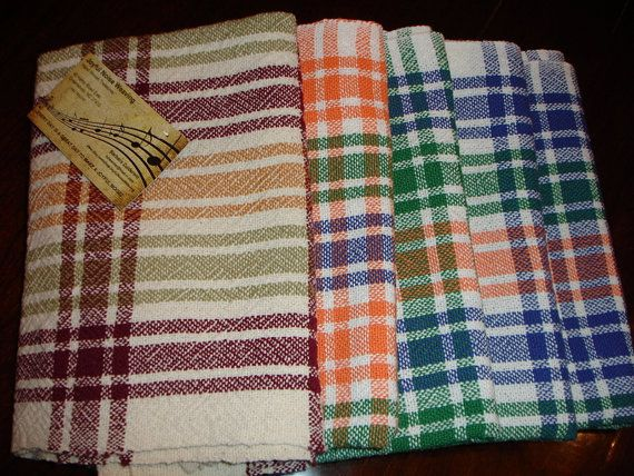 Ces serviettes en coton tissé à la main sont un excellent ajout à n'importe quelle cuisine. Acheter pour vous-même ou en donner un comme un cadeau. Une belle serviette tissée à la main envelopper un pain croustillant chaud, ou enroulé autour d'une spatule de cuisine ou un fouet, fait un grand cadeau d'hôtesse pour ces fêtes. Ces serviettes sont tissées à la main 100 % coton.  (J'ai une serviette en vert et orange, mais j'ai 2 avec la bande bleue). (Serviette Bordeaux est épuisé.)  Laver à la…